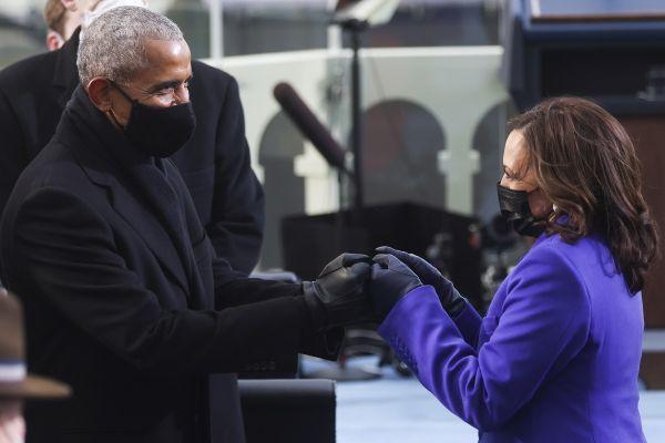 Kamala Harris, prima femeie de culoare vicepreședinte al SUA, îl salută pe Barack Obama, primul președinte de culoare al SUA, la învestirea lui Joe Biden, cel de-al 46-lea președintre ales al Statelor Unite. Foto: AGERPRES/EPA/JONATHAN ERNST/POOL
