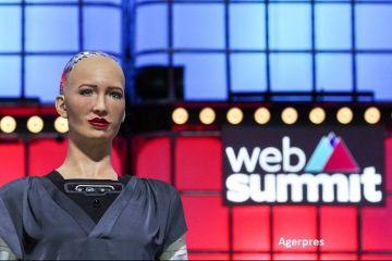 Părinții  robotului umanoid Sophia vor să demareze producția în masă:  Lumea COVID-19 va avea nevoie de mai multă automatizare, pentru a-i ţine pe oameni în siguranţă