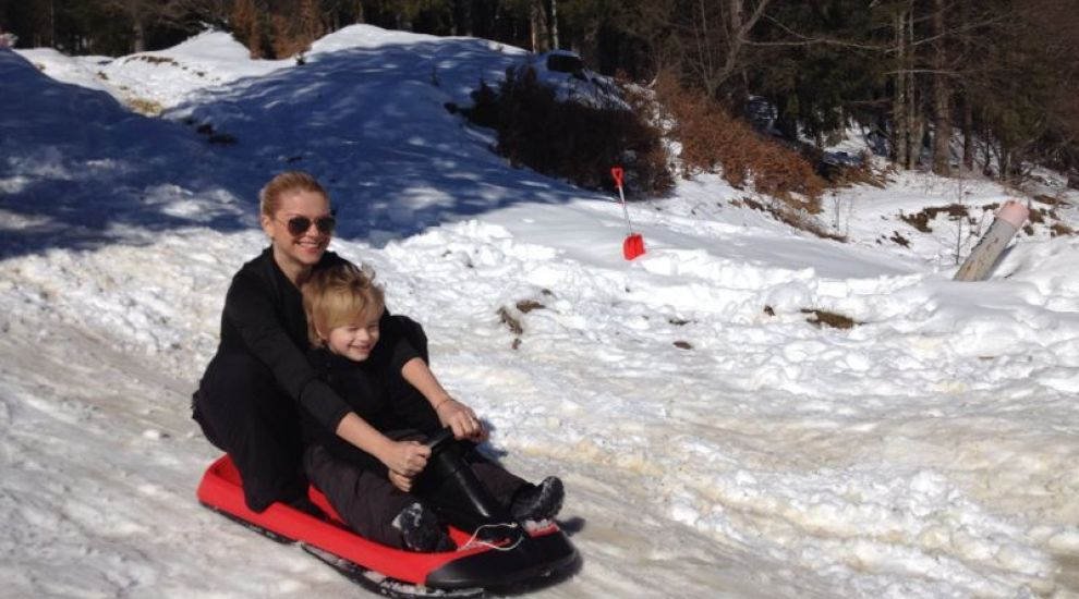 Andreea Marinescu si fiul ei, Vladimir, s-au dat cu sania, au facut cazemate si s-au batut cu bulgari intr-o scurta vacanta la munte