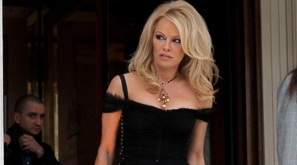 Pamela Anderson, furioasă că banii pentru copiii săraci au fost donați catedralei Notre Dame