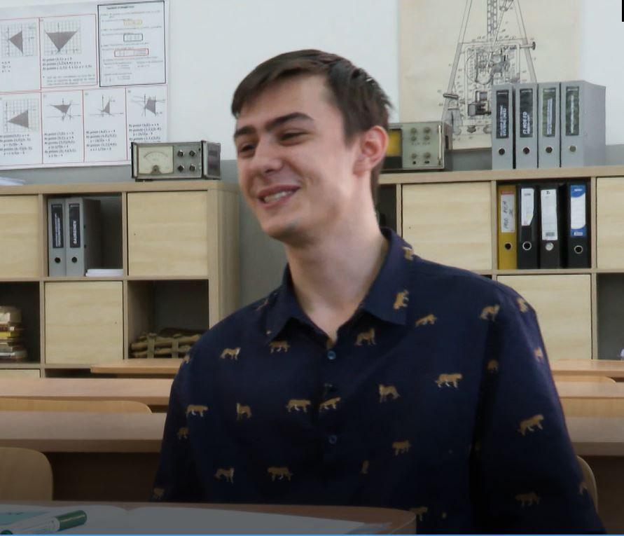 """Cosmin Adrian Gheorghe e Mirelîn Profu': """"În prima zi de liceu, era să îmi iau bătaie"""""""