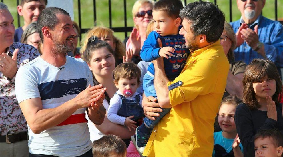 VIDEO Cinci copii și tatăl lor au o casă cum nici n-au visat. Echipa visuri la cheie a mai înfăptuit o minune