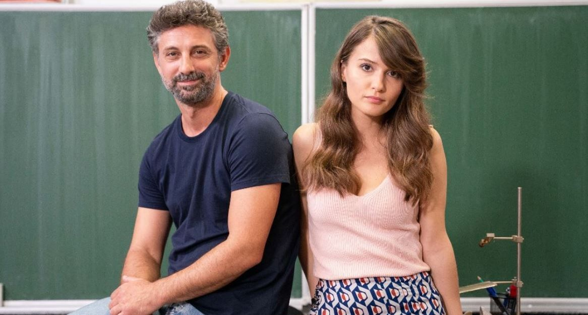 Una dintre elevele lui Mișu este victima bullying-ului. Lili, înfoliată și băgată în frigider de colegii ei