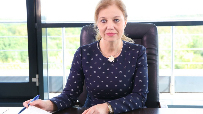Oana Petrescu, CEO-ul unei companii aeriene românești, intră sub acoperire pentru a afla ce e dincolo de cifre și rapoarte