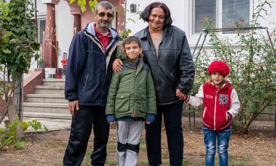 Povestea impresionantă a doi copii care au rămas fără mamă la o vârstă fragedă. Mihai și Alexandra, crescuți de bunică