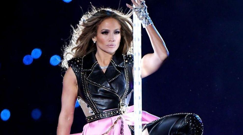 Jennifer Lopez, virală pe internet. Femei din lumea întreagă s-au fotografiat în oglindă, în bikini