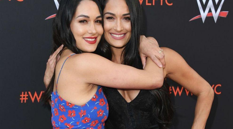 Nikki Bella și sora ei geamănă au născut băieți la o zi distanță una de alta