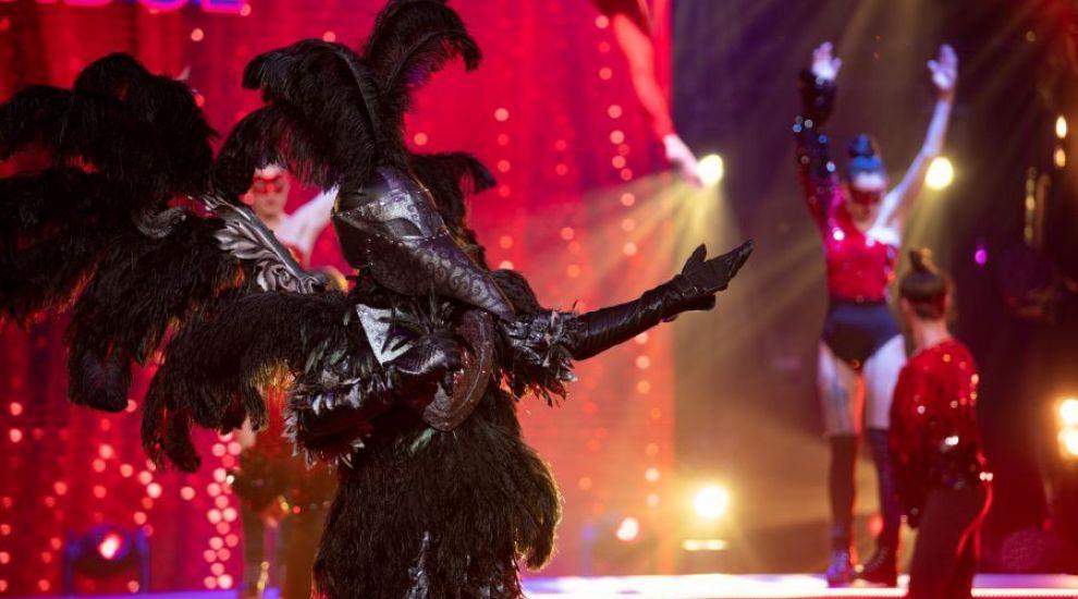 """Corbul a impresionat cu un spectacol incredibil pe melodia """"The greatest show"""" în finala Masked Singer România"""