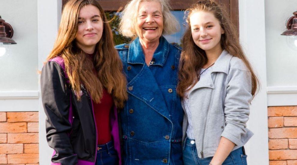 """VIDEO O bunică mare cât o familie pentru nepoatele ei. """"Aș fi dat orice să am fetițele astea"""""""