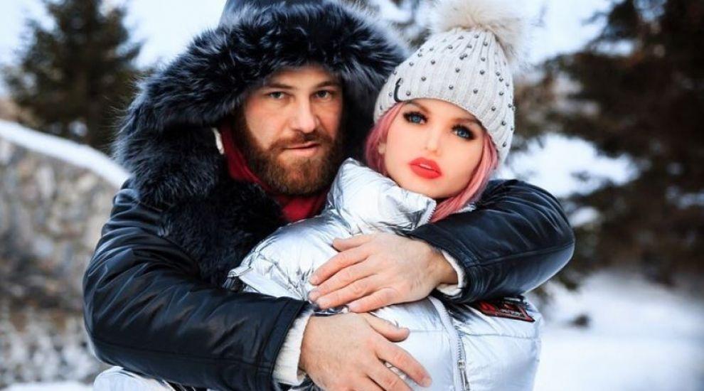 Culturistul Yuri Tolochko s-a căsătorit cu păpușa lui gonflabilă, după o lungă perioadă de când sunt împreună