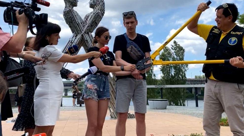 Tinerii din Ucraina, care și-au legat mâinile cu un lanț, au renunțat la experiment și s-au despărțit
