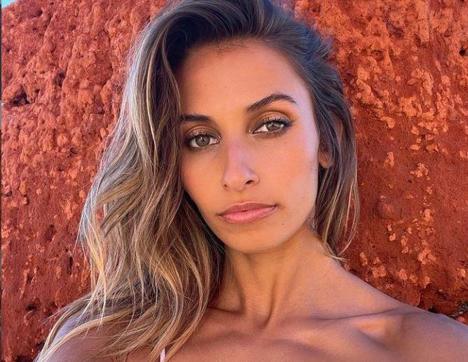 Un model s-a trezit cu poliția la ușă, după ce s-a pozat la plajă