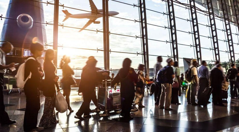 O femeie s-a prezentat în aeroport în costum de baie, dar cu mască pe față