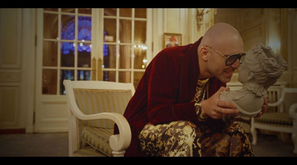 """Spike a lansat videoclipul piesei """"Zeu"""", o satiră a societății actuale"""