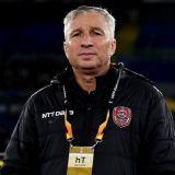 """Momentul de la conferinta care l-a facut pe Dan Petrescu sa ZAMBEASCA dupa meciul HORROR de la Roma! Translatorul a gresit limba: """"Pe italiana!"""" :)"""