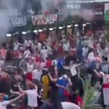 Imagini fabuloase din Anglia! Autogolul lui Kjaer a incendiat atmosfera! Fanii s-au bucurat printre paharele aruncate